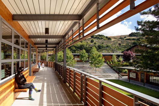 Marin Country Day School Learning Resource Center and Courtyard; Corte Madera, California / EHDD © Josh Partee