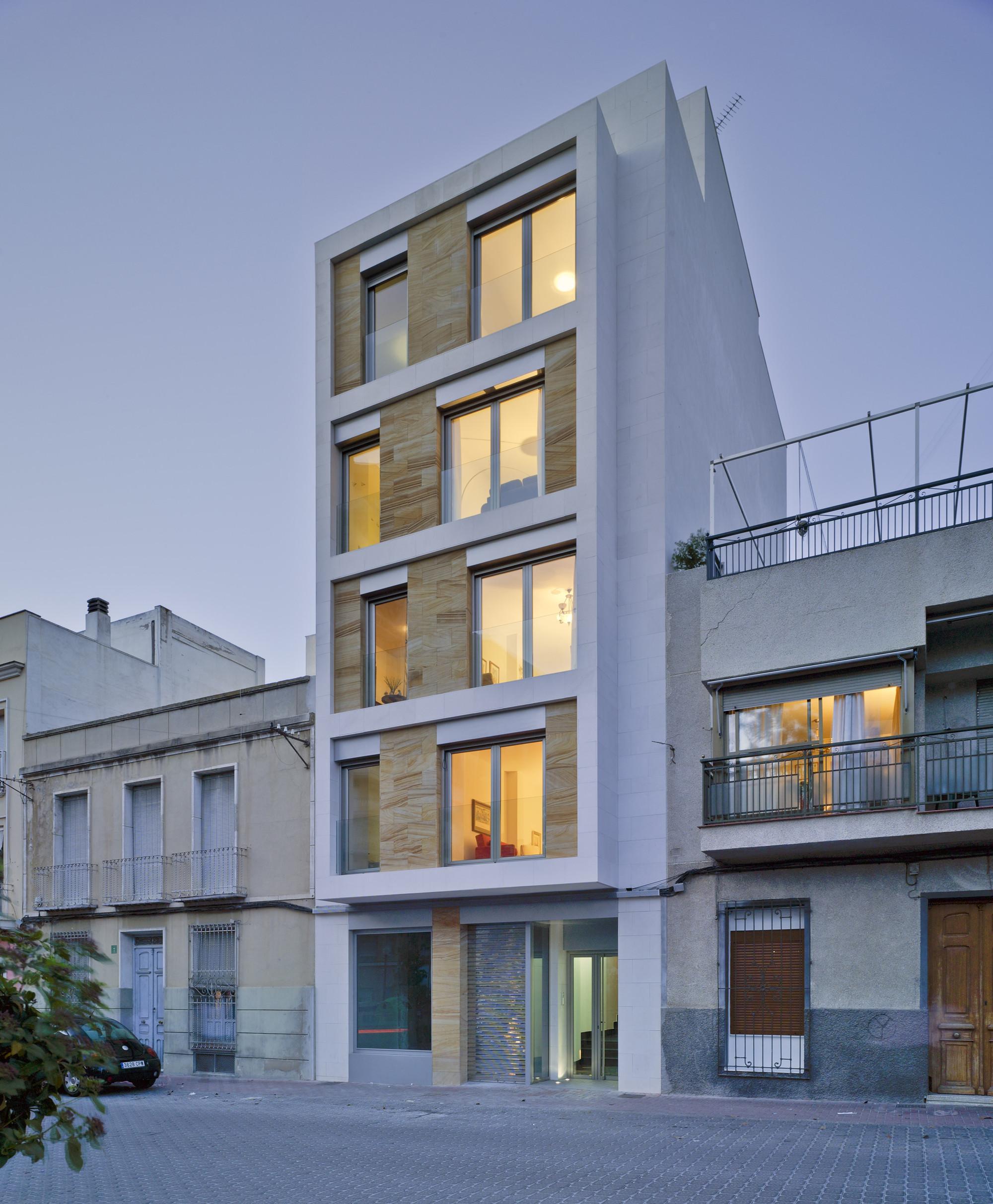 Residential building in cieza xavier ozores archdaily for Fachada apartamentos pequenos