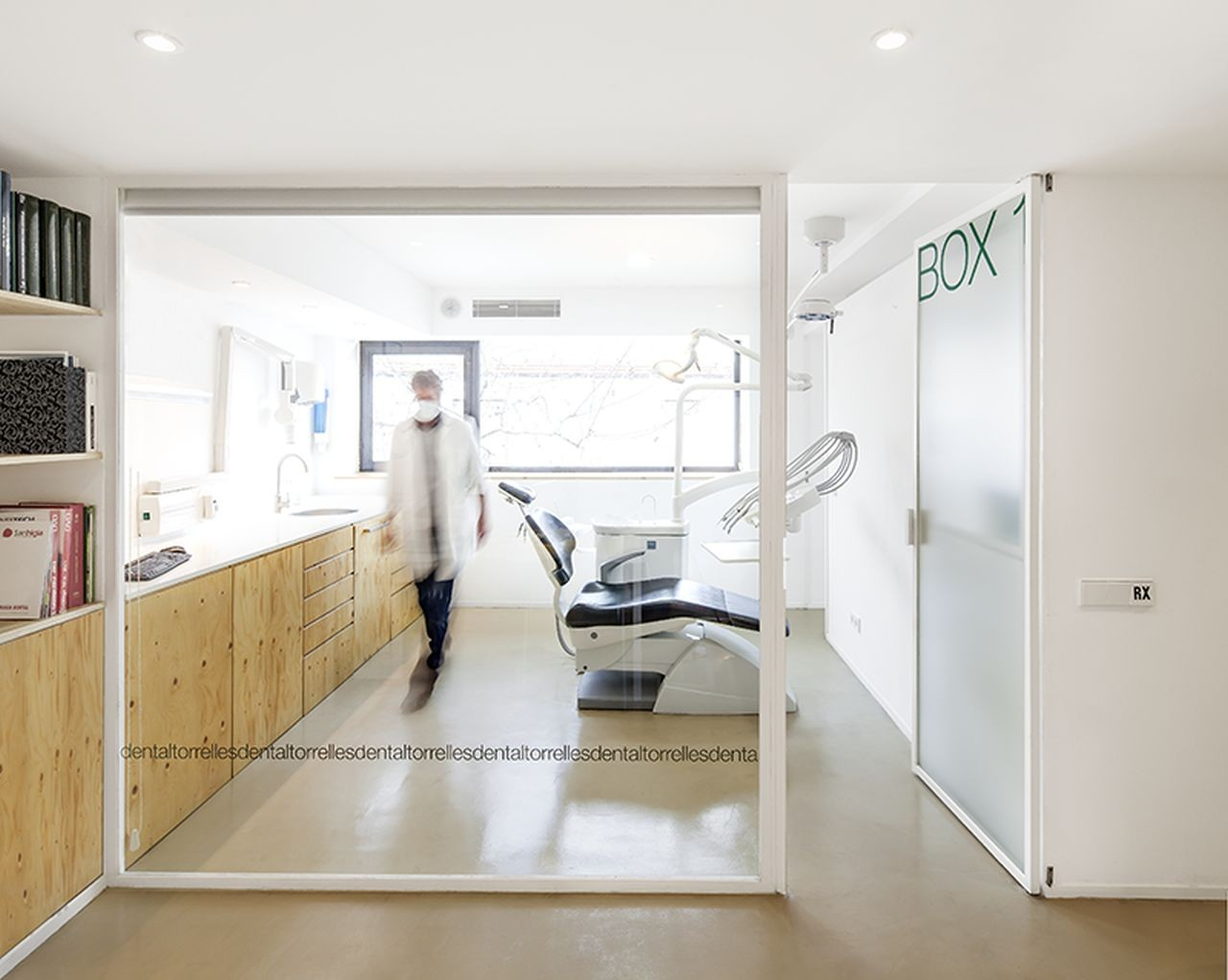 Dental clinic in torrelles sergi pons archdaily for Dental clinic interior designs