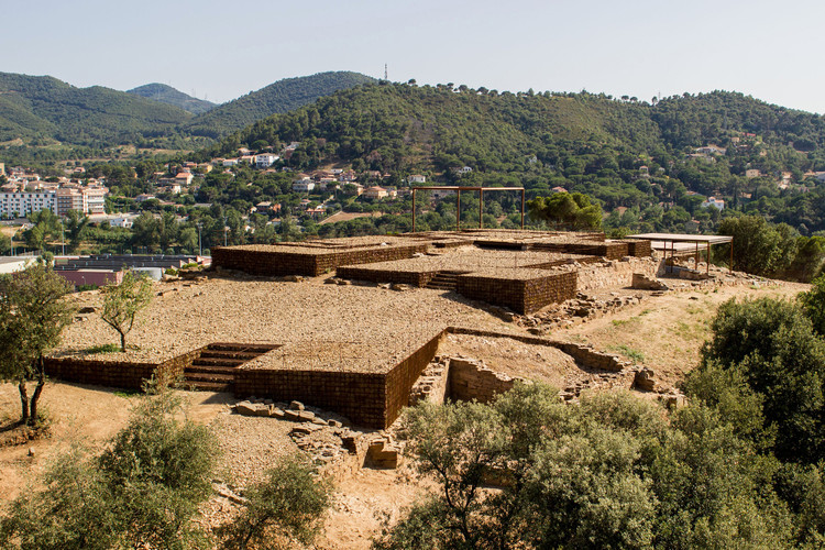 Adaptation of The Roman Ruins of Can Tacó  / Toni Girones, © Sabem.com i Aeroproduccions