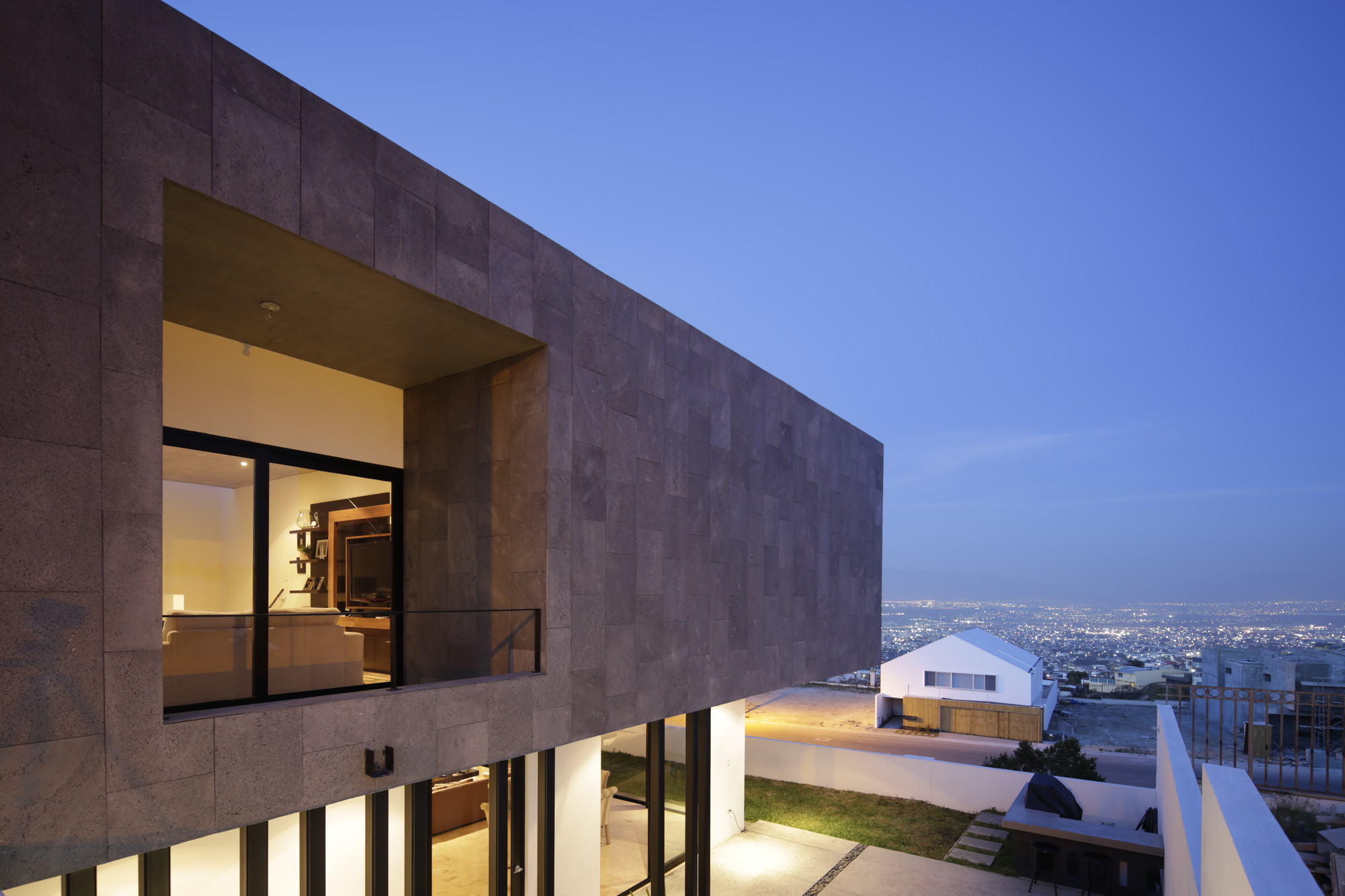 Casa HDJ58 / T38 studio + Pablo Casals-Aguirre