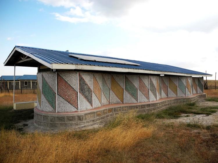 Porque o LEED não funciona na África Rural e o que funcionará, Centro de Ensino adornado com milhares de tampas de garrafas plásticas; Cortesia de  Charles Newman do blog Afritekt