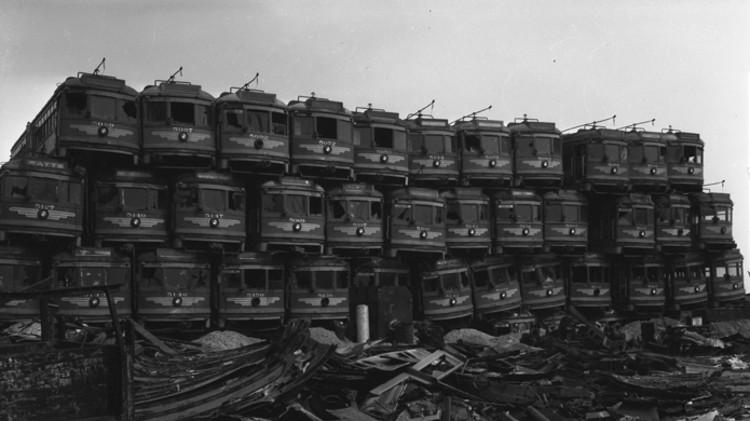 O Escândalo dos Bondes nos Estados Unidos, Trens empilhados na Califórnia, 1956 ©commons.<a href='https://creativecommons.org/licenses/by-sa/3.0/'>Wikimedia</a>.org