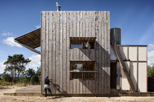 Hut on Sleds, Whangapoua, Coromandel Peninsula, by Crosson Clarke Carnachan Architects / © Simon Devitt