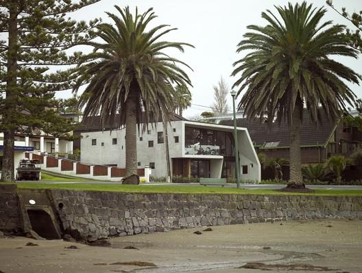 Waiake Beach House, Torbay, Auckland, by Stevens Lawson Architects / © Mike Smith