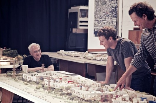 Frank Gehry and Mark Zuckerberg discussing the Menlo Park Headquarters in California © Frank Gehry/Gehry Partners via Bloomberg