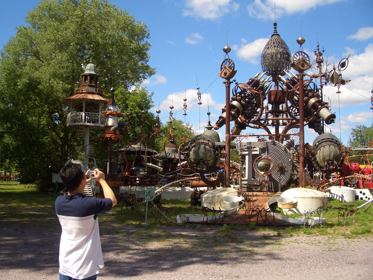 """Parque de Arte do Dr. Evermor"": Um parque de esculturas recicladas, Escultura Forevertron. © LiveALittle.org, vía Flickr. Used under <a href='https://creativecommons.org/licenses/by-sa/2.0/'>Creative Commons</a>"