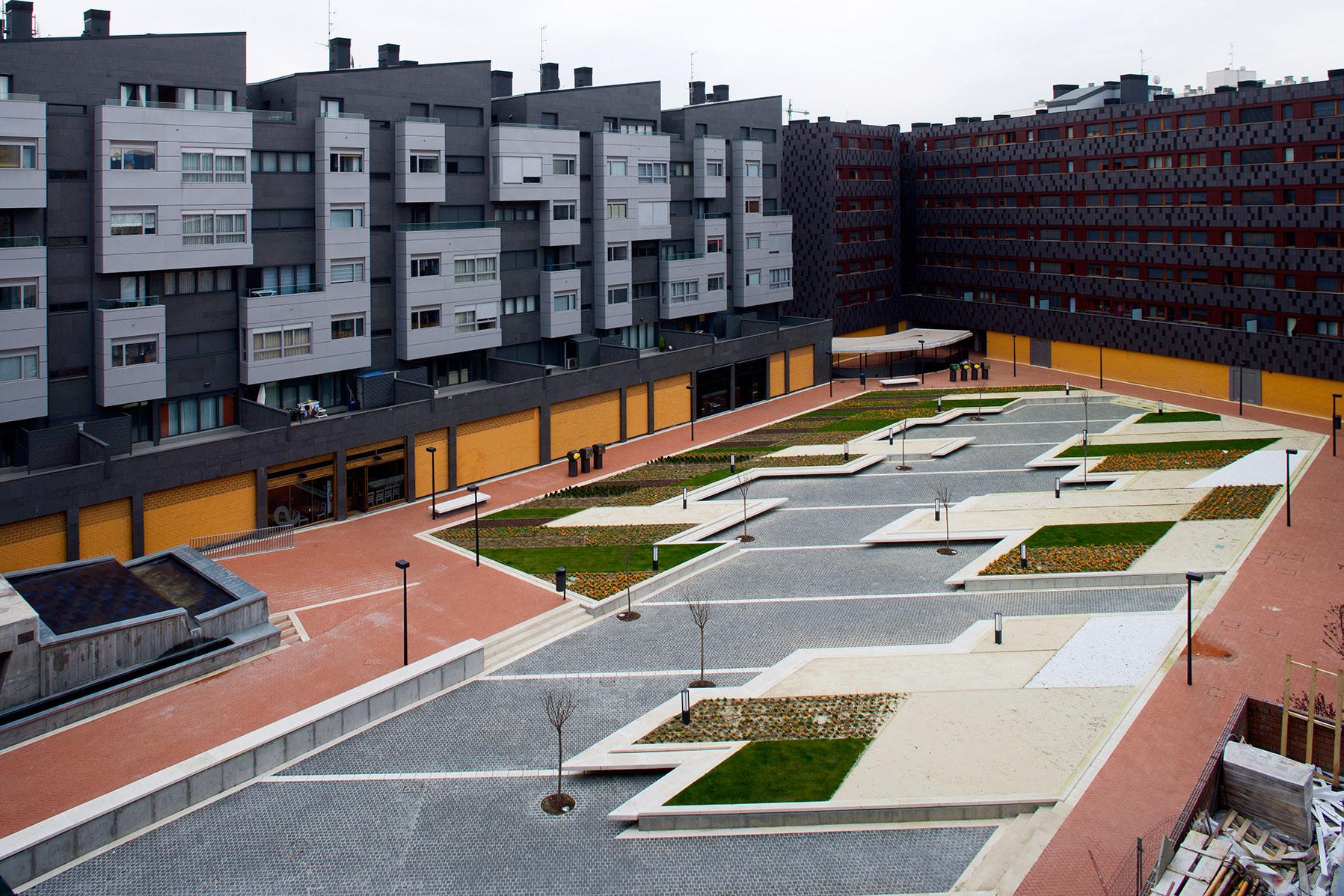 Plaza en Baracaldo / Linazasoro Arquitectura