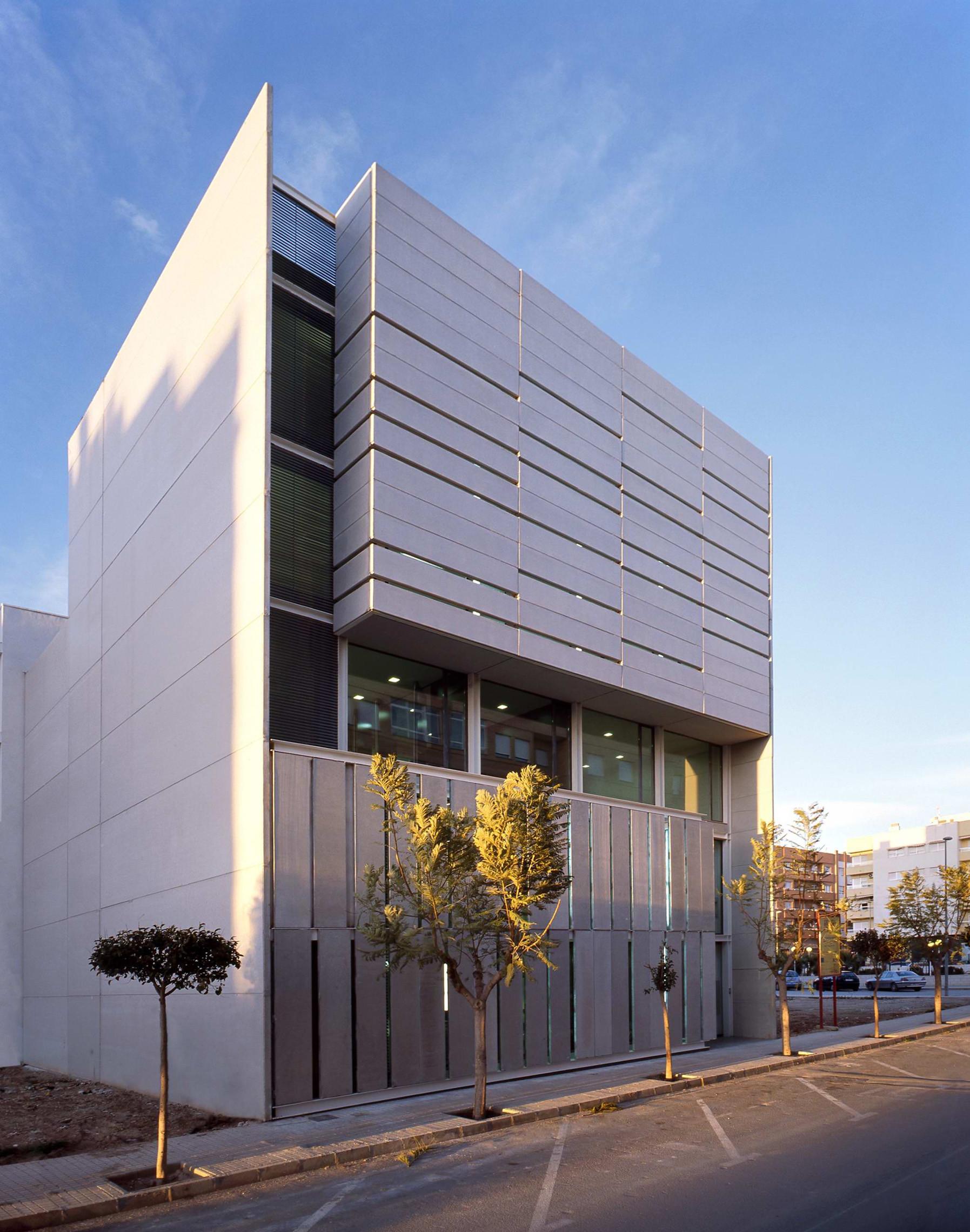 Servef center in novelda calatayud navarro arquitectos - Fachadas de locales comerciales ...