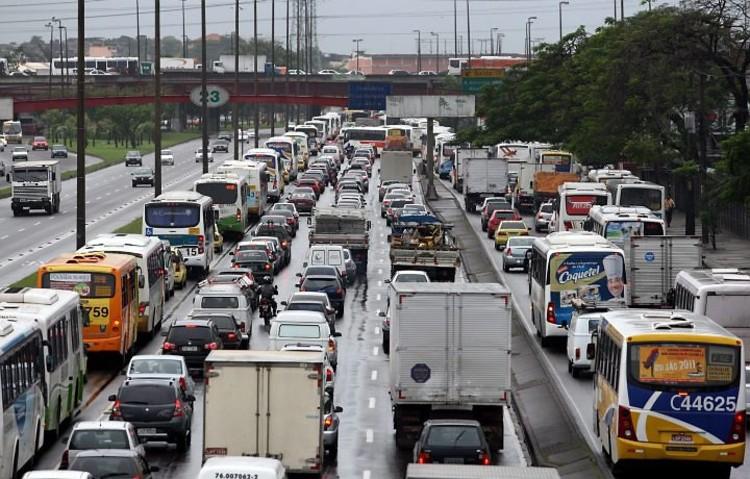 Baixa qualidade do transporte público abre espaço para transporte privado