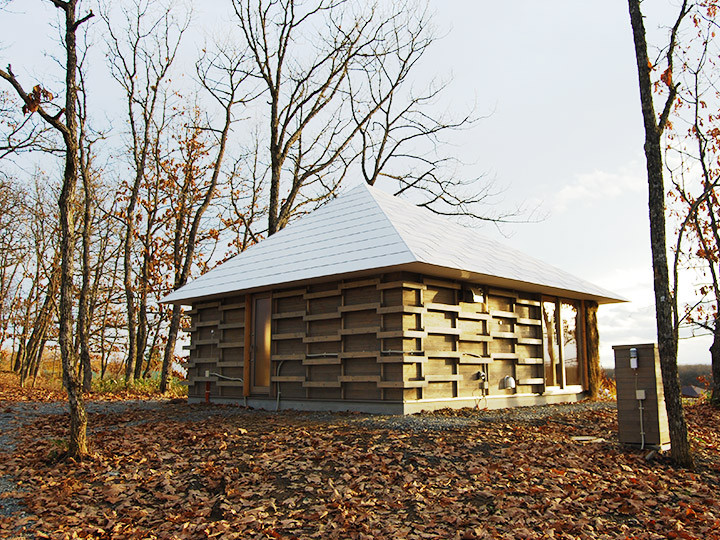 Estudiantes japoneses diseñan y construyen una casa de paja calefaccionada por compost, © Lixil