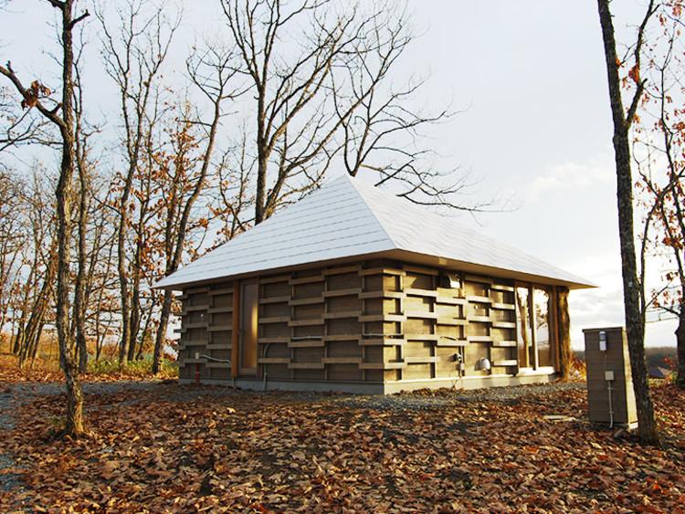Estudantes japoneses projetam e constroem uma casa de palha aquecida através de compostagem, © Lixil
