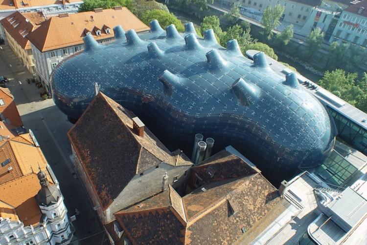 Museu Kunsthaus Graz produz a energia que consome através de painéis solares em sua cobertura, © Eduardo Martinez, Nicolas Lackner, Christian Plach