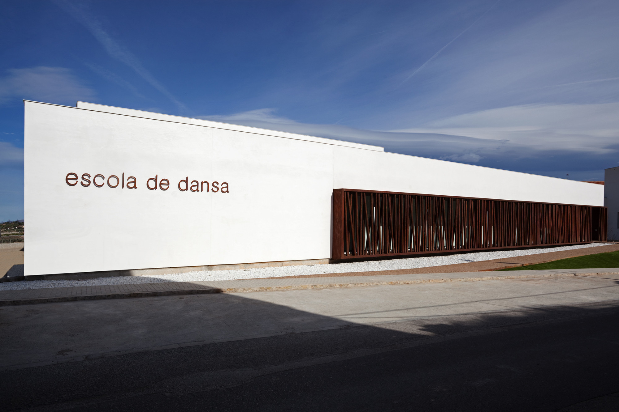 Gallery of dance school in lliria hidalgomora for Arquitectura de interiores donde estudiar