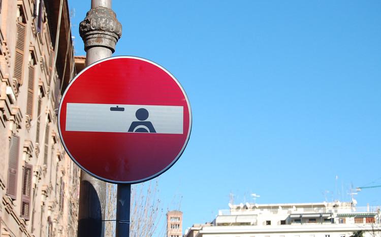 Intervenções urbanas em sinais de trânsito / Clet Abraham