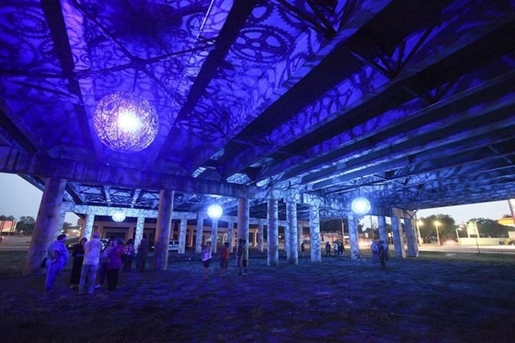 """""""Ballroom Luminoso"""": Luminárias feitas com peças de bicicletas, Cortesia de mymodernmet.com"""