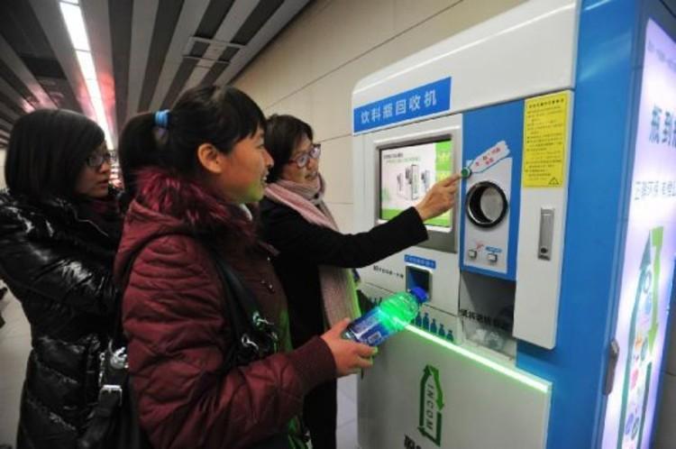 Garrafas PET valem passagem de metrô em Pequim