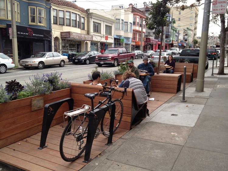Vagas de carro se transformarão em áreas de convivência em SP, Parklet em Oakland, EUA