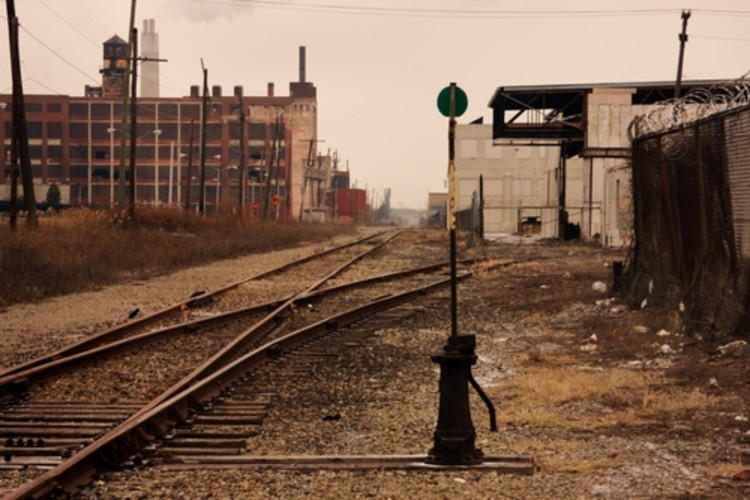 É hora de imaginar uma Detroit melhor. Os arquitetos estão prontos?, Trilhos da ferrovia em Detroit. Cortesia de Shutterstock.com
