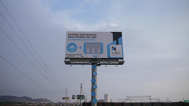 """Outdoor em Lima coleta água potável do ar, No outdoor se lê:  """"Um painel que produz água potável do ar é inteligência em ação."""" Cortesia de UTEC."""