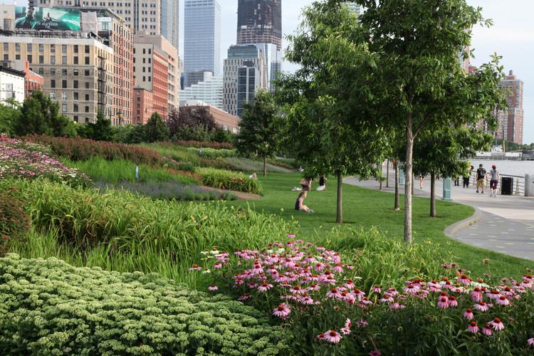 Projetos de paisagismo em tempos de mudanças climáticas, Hudson River Park, Tribeca Section. Imagem Cortesia de Mathews Nielsen Landscape Architects