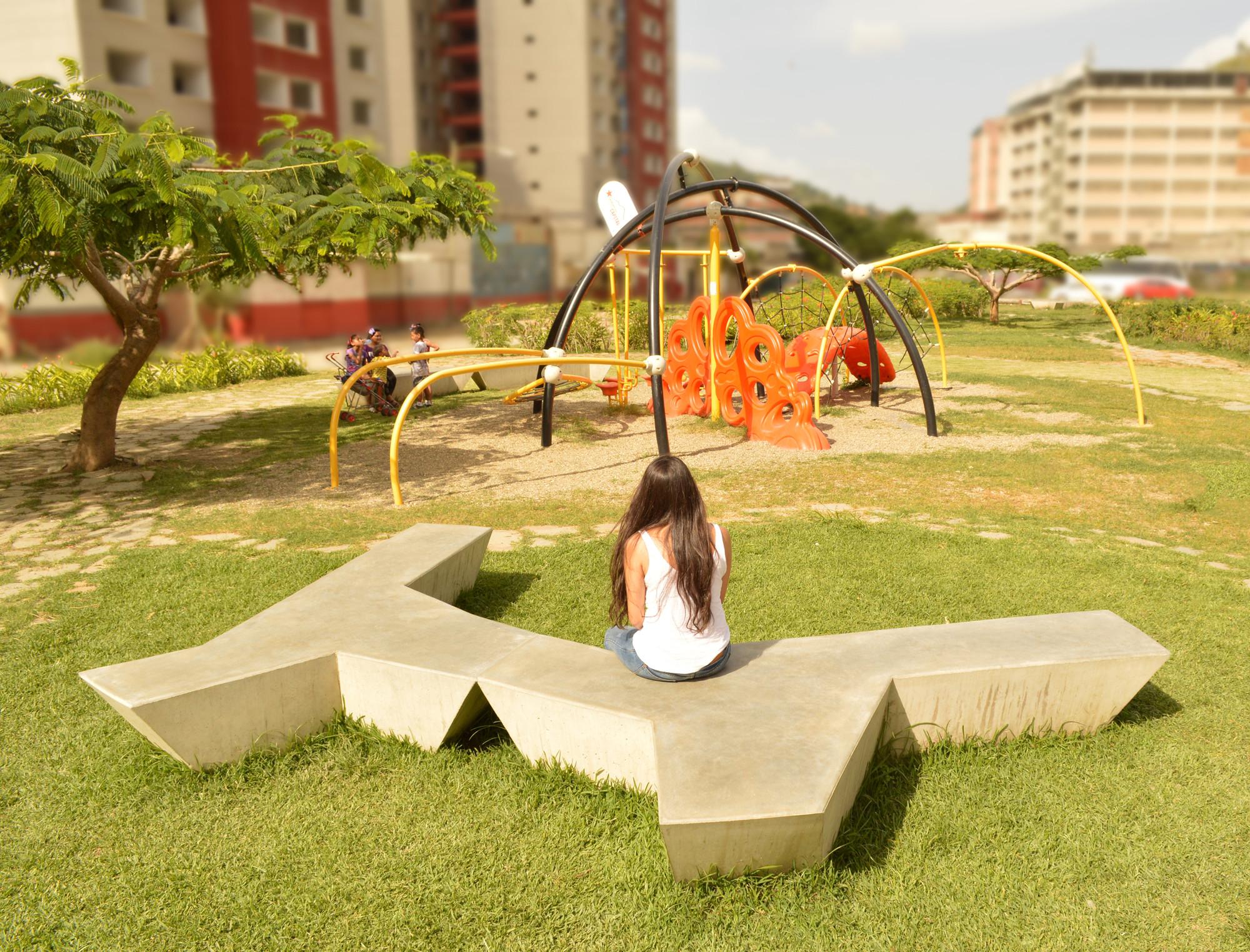 Galer a de mobiliario urbano macarao aga estudio for Fundas para mobiliario de jardin