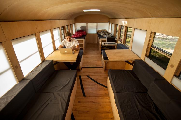Projeto Final de Graduação Transforma Ônibus Escolar em uma Micro-Casa, © Justin Evidon