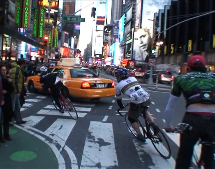 """""""Alley cat"""": provas de ciclismo em meio à cidade,  Imagem do documentário """"Line of Sight"""", de Lucas Brunelle"""