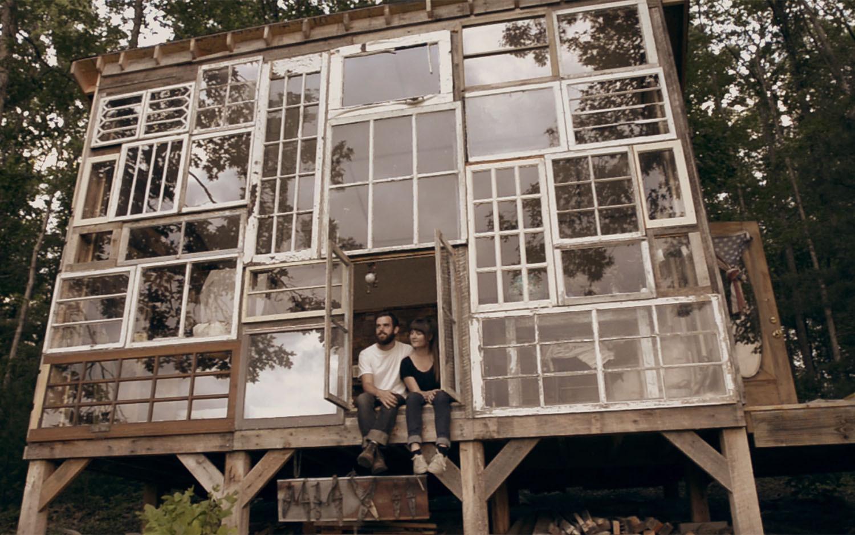 Arte y Arquitectura: Una fachada compuesta completamente por Ventanas recicladas, © Vía This Is Colossal