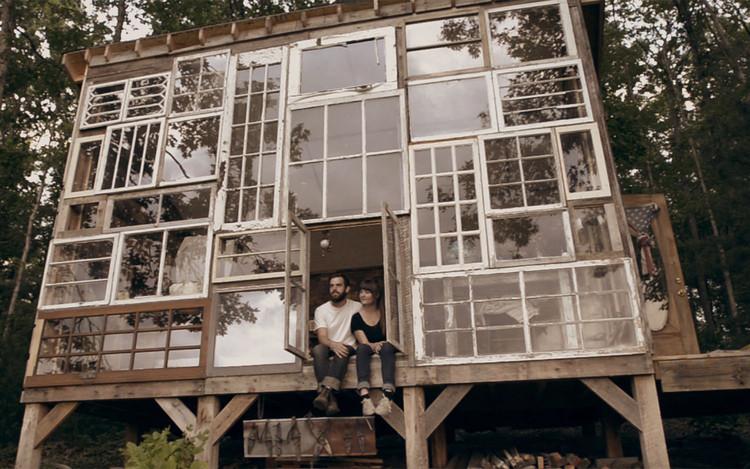 Arte e Arquitetura: Uma Fachada Composta por Janelas Recicladas, © Vía This Is Colossal