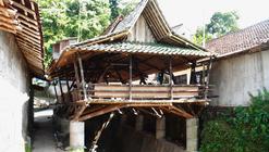 Comunidad en Indonesia construye un centro para la reunión de los vecinos con bambú local