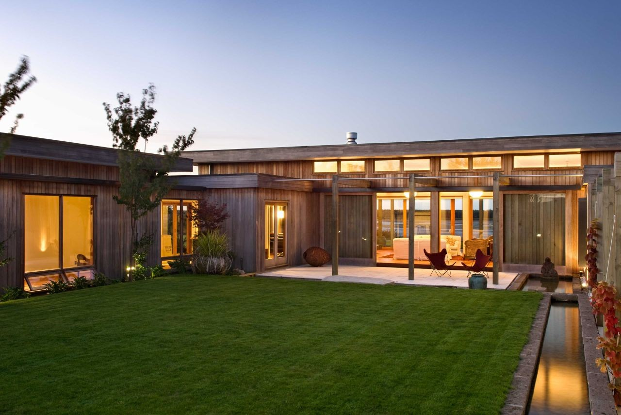 cosy u shaped houses. Paul McCredie Evill House  Studio Pacific Architecture ArchDaily