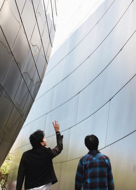 Sobre Arte, Urbanismo, e Gehry em LA: uma conversa com Edwin Chan, Iman Ansari com Edwin Chan em Walt Disney Music Hall. Imagem Cortesia de an-onymous.com.