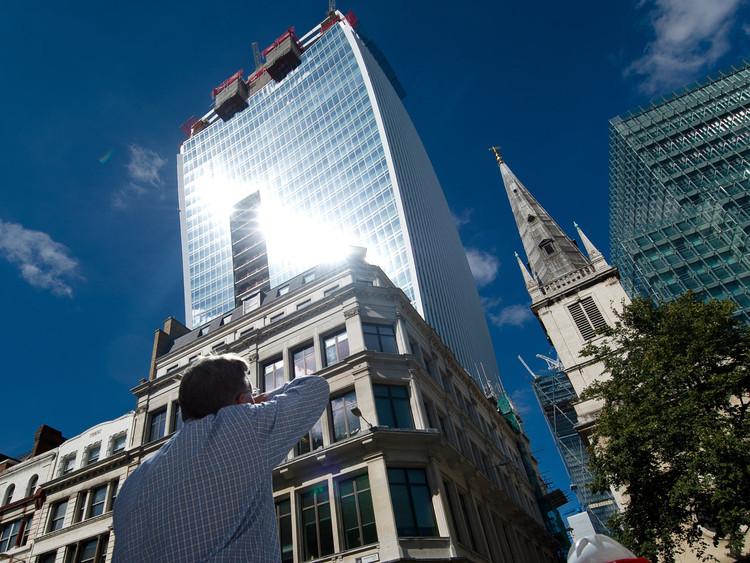 "Sete deslizes arquitetônicos ao redor do mundo, Edificio ""Walkie Talkie"" / Rafael Viñoly Architects. Image © Leon Neal/AFP/Getty Images"