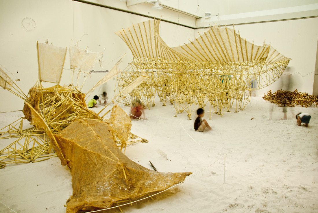 Exposición Theo Jansen: Animales que se alimentan de viento / Theo Jansen + Earthscape