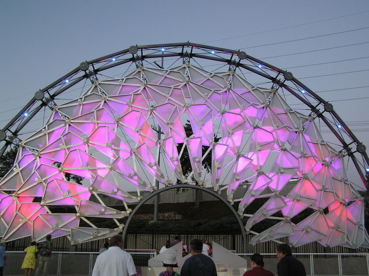 "Honrando os Pioneiros da Arquitetura Digital, A Hoberman arch at the 2002 Olympics in Salt Lake City. Chuck Hoberman is one of the architects highlighted in the ongoing ""Archaeology of the Digital"". Image © Wikimedia Commons"