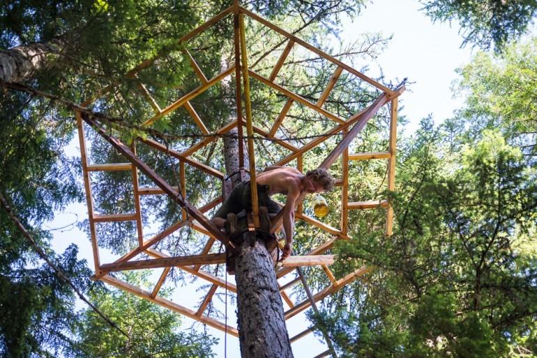 Galer a de innovaci n en base a materiales reciclados for Hotel con casas colgadas de los arboles
