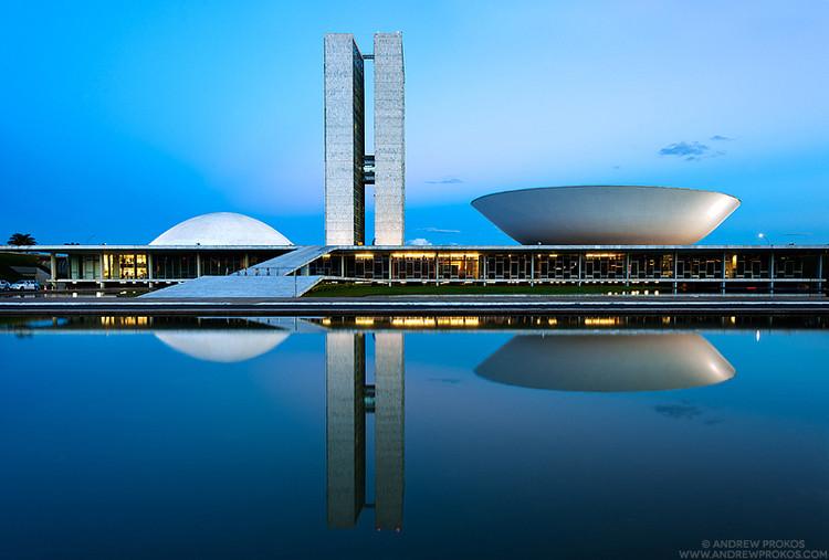 Fotografias noturnas das obras de Oscar Niemeyer em Brasília são premiadas no International Photography Awards de 2013, © Andrew Prokos