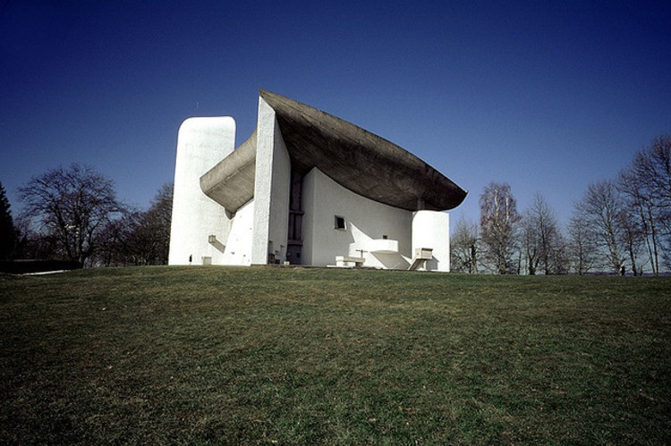 Spotlight: Le Corbusier, Notre Dame du Haut at Ronchamp. Image © <a href='www.flickr.com/photos/9160678@N06/2089042156'>Flickr user scarletgreen</a> licensed under <a href='https://creativecommons.org/licenses/by/2.0/'>CC BY 2.0</a>