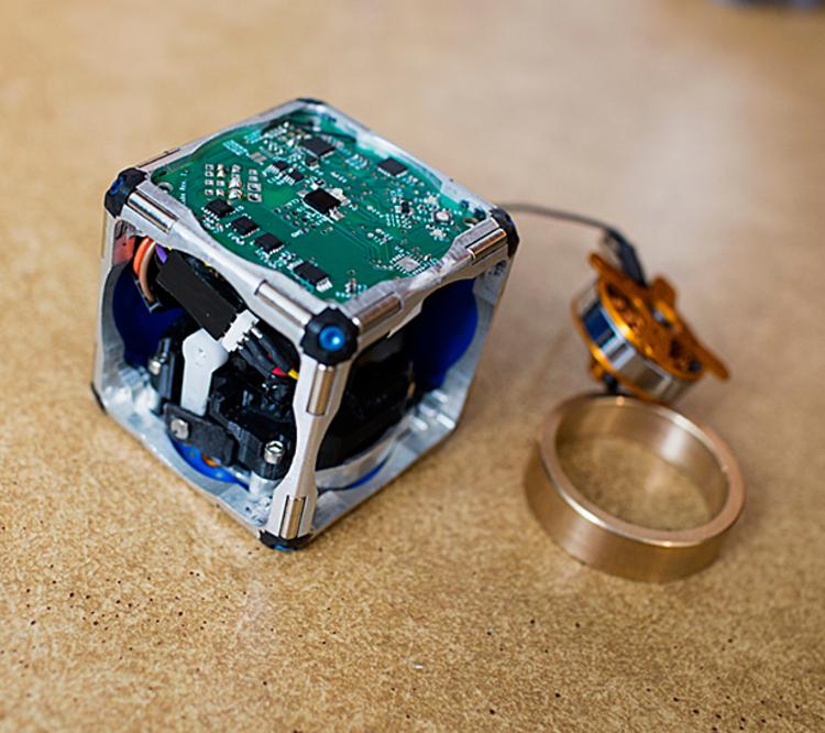 Pesquisadores do MIT propõem robôs auto-organizados como o futuro da construção, An exposed prototype of the M-Block, a new modular robotic system . Image © M. Scott Brauer