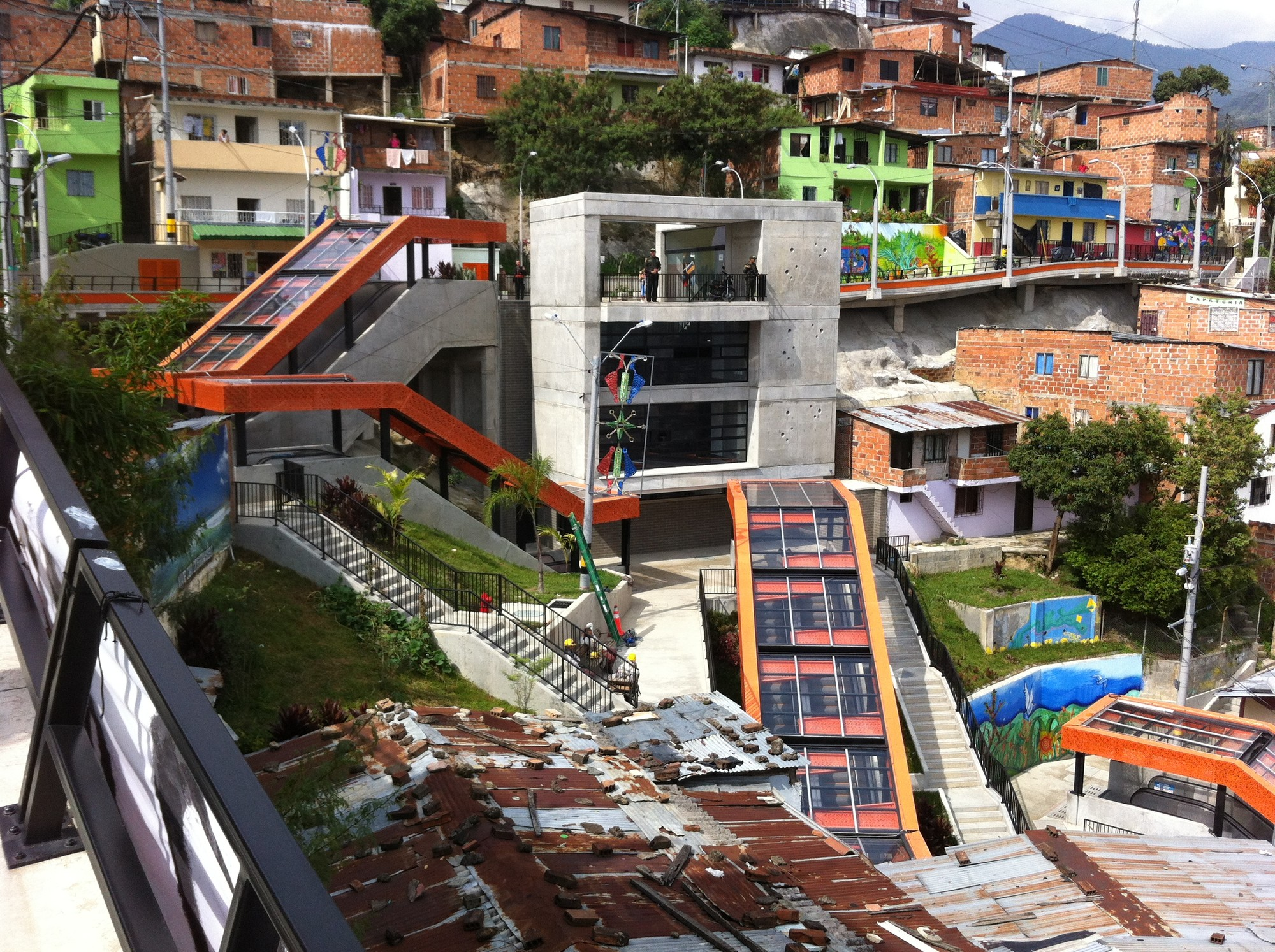 Awards Competition Boosts Momentum of Sustainable Construction , As part of an extensive urban integration project in a huge informal settlement in Medellín, Colombia, the recently-constructed system of escalators with public squares and balconies addresses serious problems regarding connectivity, security and coexistence.