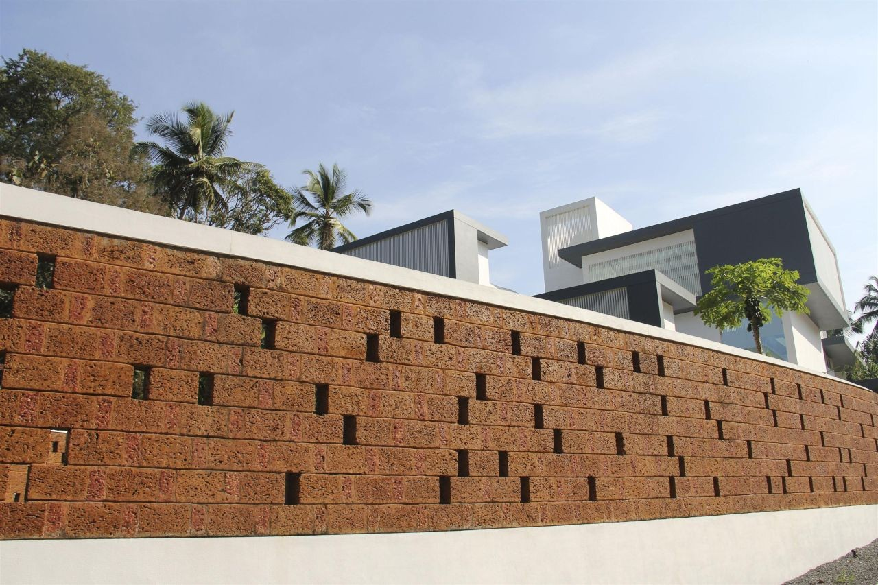 The running wall residence lijo reny architects archdaily for House outer wall design