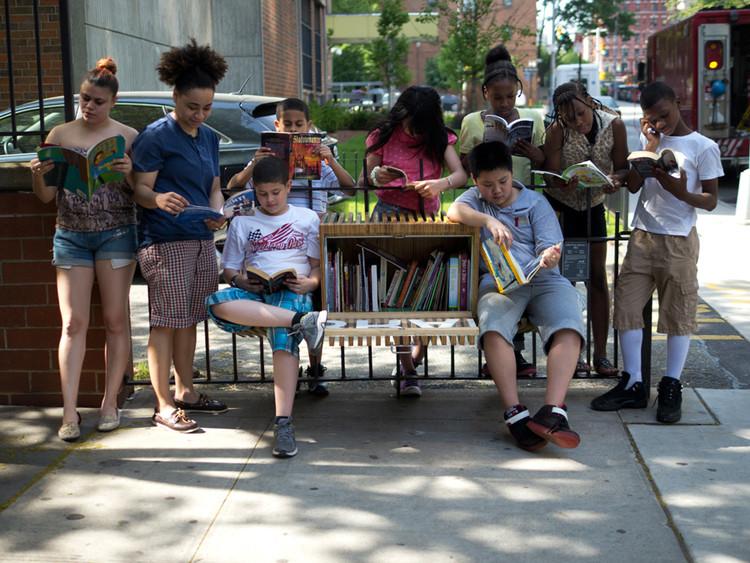 Oito bibliotecas comunitárias que levam leitura aos espaços públicos, Cortesia de designboom.com
