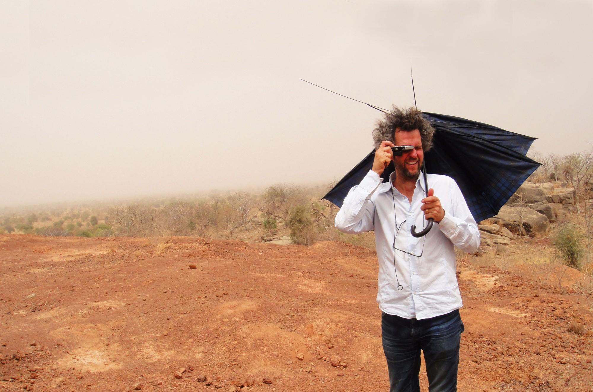 """Cine y Arquitectura: Especial Arqfilmfest 2013 [Parte 2],  """"El Crujido del Tiempo"""" / Sybille Dahrendorf. Imagen Vía Operndorf Afrika News"""