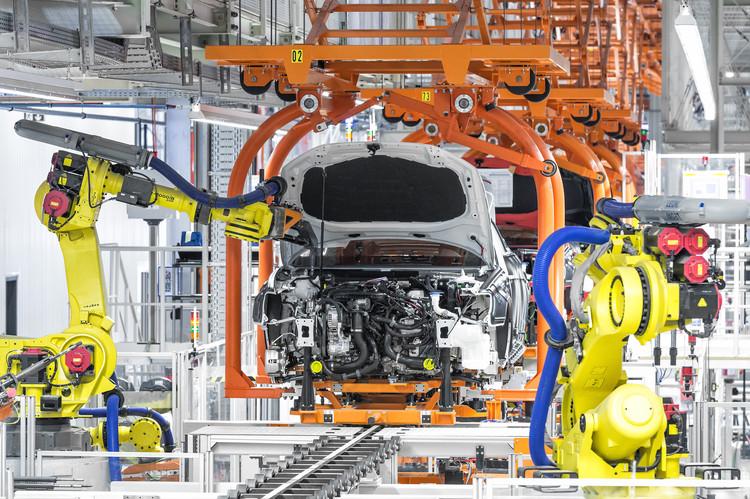 Robôs, Carros e Arquitetura, Robots assembling an Audi A3 © Courtesy of Audi