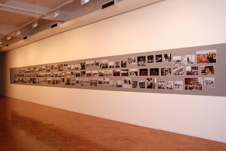 """Abertura da Bienal no Centro Universitário Maria Antonia da USP  – Mesa """"Modos de ser moderno"""", Imagem da Exposição. Image © Denise Andrade"""