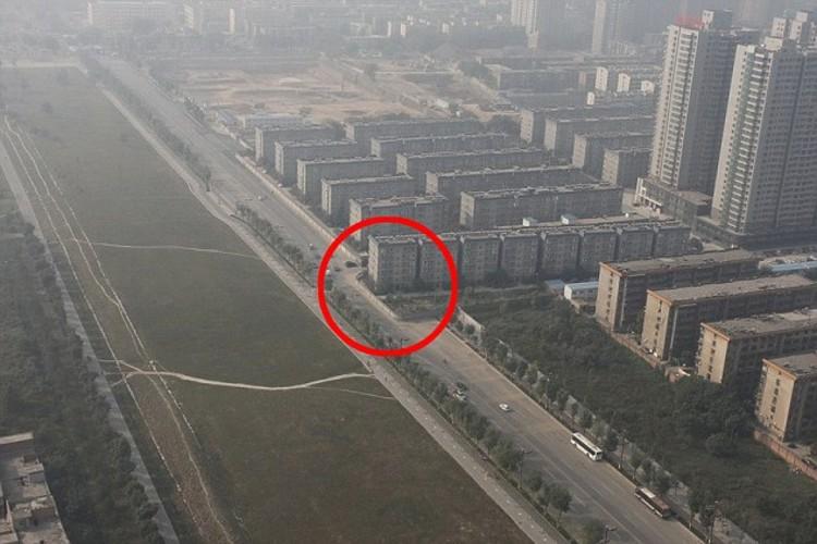 Na China, um segundo edifício ficou na metade de uma rodovia, Fonte: dailymail.co.uk