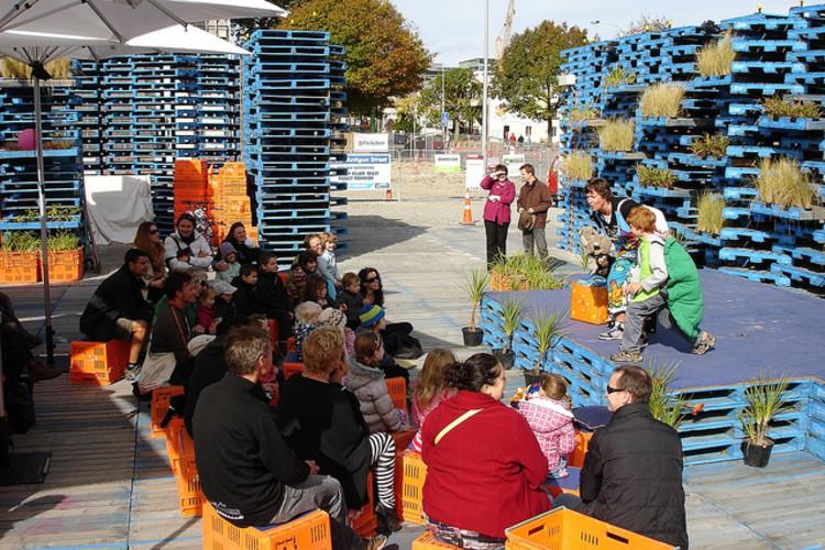 """""""Pavilhão de Pallets"""": Cidadãos conseguem revitalizar um espaço público na Nova Zelândia, © Christchurch City Libraries, Flickr"""
