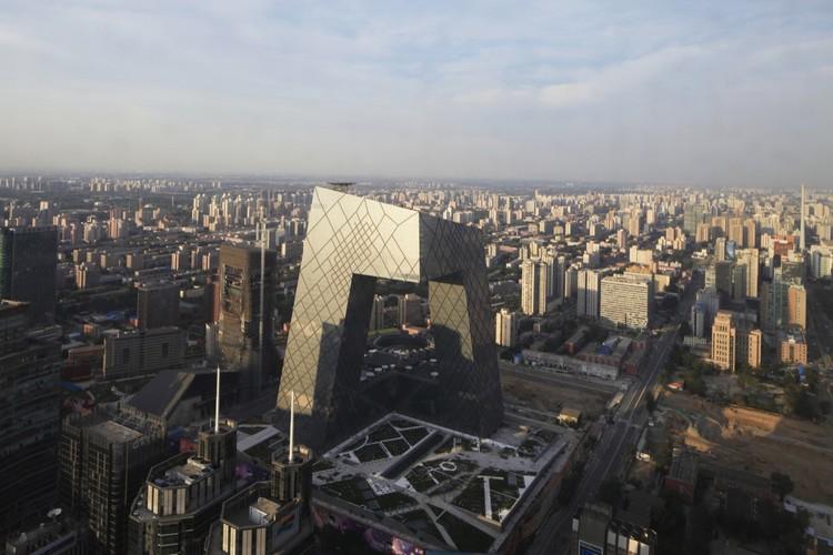 """Sede da CCTV eleita o """"Melhor Edifício em Altura do Mundo"""", CCTV/OMA Arquitetos encarregados: Rem Koolhaas e Ole Scheeren, projetista, David Gianotten, fotografia de Iwan Baan"""