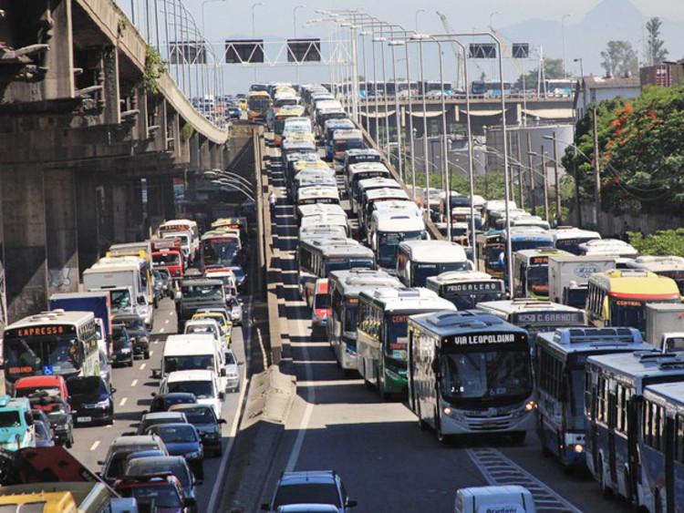 Terceiro pior trânsito do mundo é o do Rio de Janeiro, Avenida Brasil, região do porto do Rio de Janeiro. Image © Ale Silva